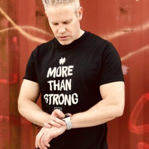 More Than Strong Svart bomulls T-shirt