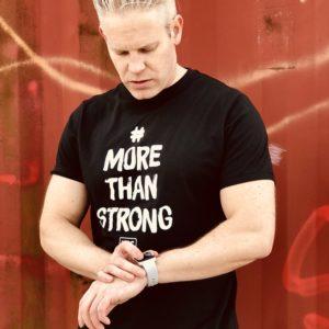 More Than Strong Svart bomulls T-shirt